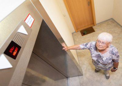 Fahrstuhl im Hochhaus ist ausgefallen, zu Fuß in die zehnte Etage, Bewohnerin Elfriede Kitz, Dresden, Sächsische Zeitung 7/2019