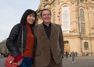 Ex-Kanzler Gerhard Schröder mit seiner Frau Soyeon Kim beim Spaziergang in Dresden, Sächsische Zeitung 10/2018
