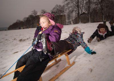 erster Schnee seit langem, Marla, Pauline & Mama Peggy beim Schlittenfahren, Dresden, Sächsische Zeitung 1/2017