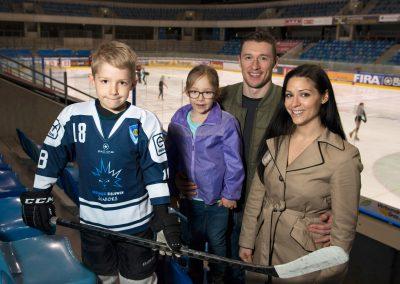 Familie aus USA berichtet vom Leben in Dresden, Eishockeyhalle, Melissa und Brendan Cook mit den Kindern Jaxon und Aiden, Dresden, Sächsische Zeitung 3/2017