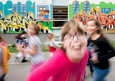 viel los auf dem Schulhof der 135. Grundschule, Dresden, Sächsische Zeitung 9/2017
