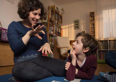 zu Hause nutzen Willi und seine Mutter Magdalena Stenzel ganz selbstverständlich die Gebärdensprache, Dresden, Sächsische Zeitung 2/2018